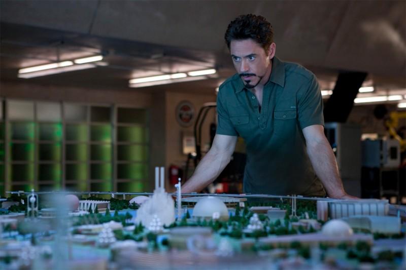 Robert Downey Jr. osserva perplesso un plastico in Iron Man 2