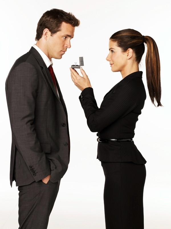 Ryan Reynolds e Sandra Bullock in una foto promo della commedia Ricatto d'amore