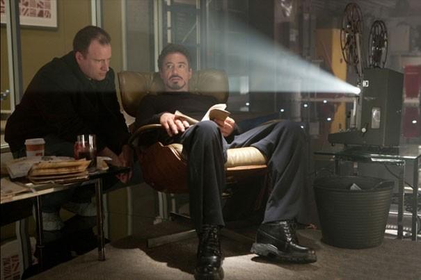 Un momento di pausa per Robert Downey Jr. sul set di Iron Man 2