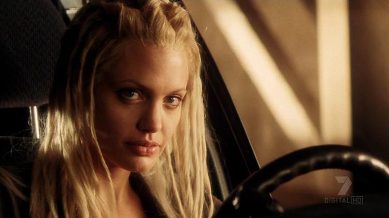 Un primo piano della bellissima Angelina Jolie in una scena del film Gone in Sixty Seconds