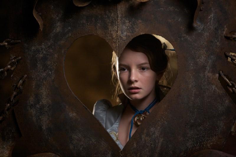 Un primo piano di Dakota Blue Richards imprigionata in una scena di The Secret of Moonacre