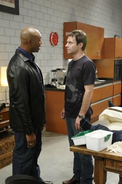 Chris Vance e Derek Webster in una scena dell'episodio Bad Moon Rising di Mental