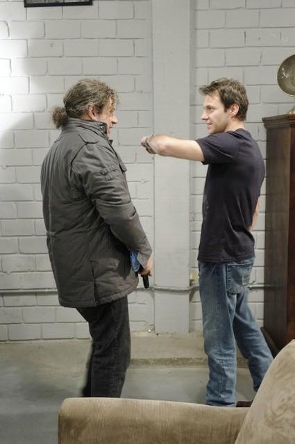 Chris Vance e Joseph D. Reitman in una scena dell'episodio Bad Moon Rising di Mental
