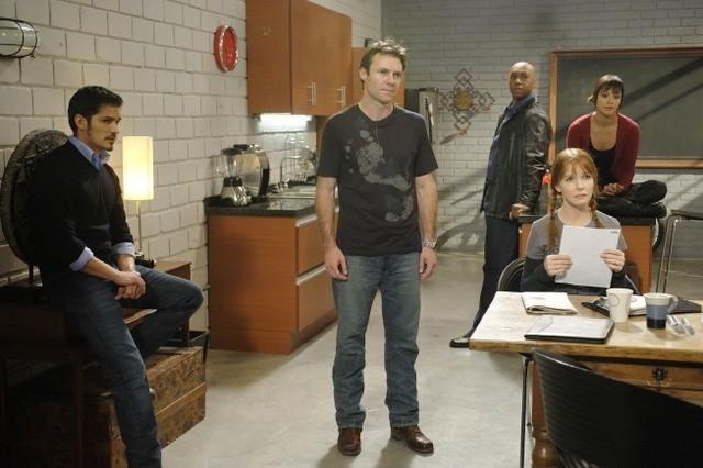 Jacqueline McKenzie, Chris Vance, Nicholas Gonzalez, Derek Webster e Marisa Ramirez in una scena dell'episodio Bad Moon Rising di Mental