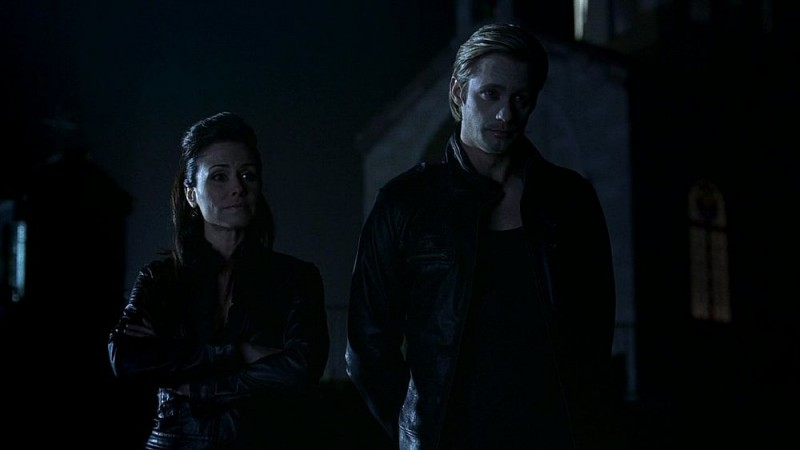 Valerie Cruz e Alexander Skarsgård in una scena dell'episodio 'Release Me' della serie tv True Blood