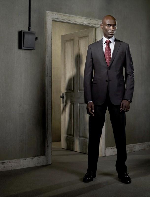 Lance Reddick è l'agente Broyles in una foto promozionale della stagione 2 di Fringe