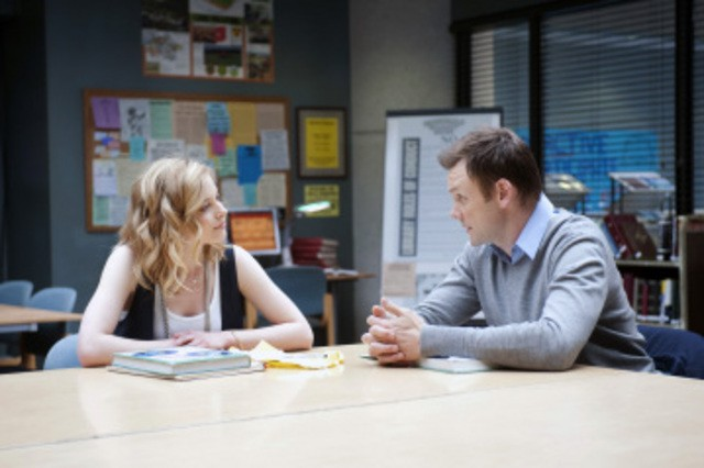 Gillian Jacobs e Joel McHale in una scena del pilot di Community