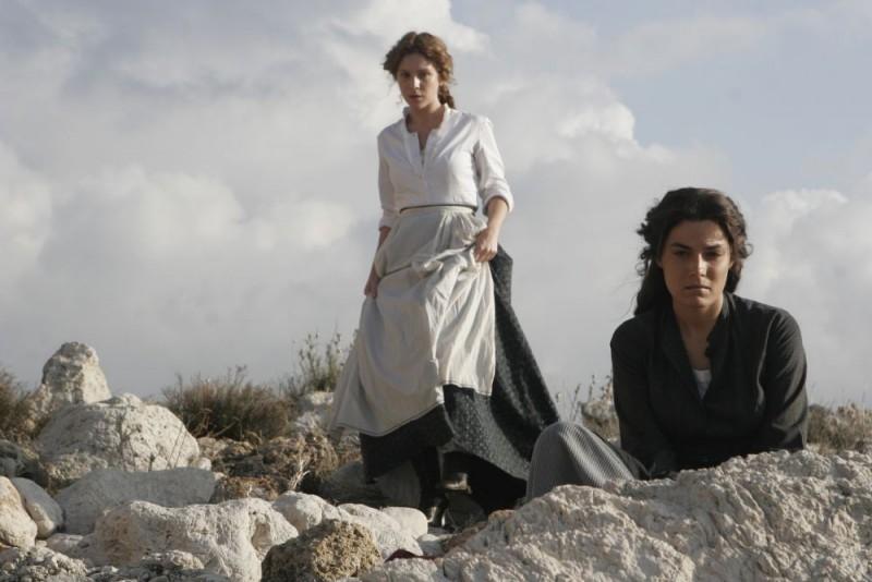 Isabella Ragonese e Valeria Solarino in una scena del film Viola di Mare