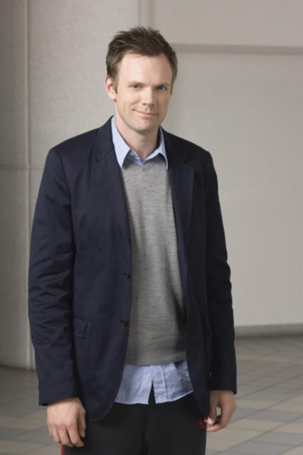 Joel McHale in una foto promozionale della serie Community