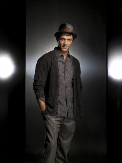 Michael Rady è Jonah in una foto promozionale di Melrose Place