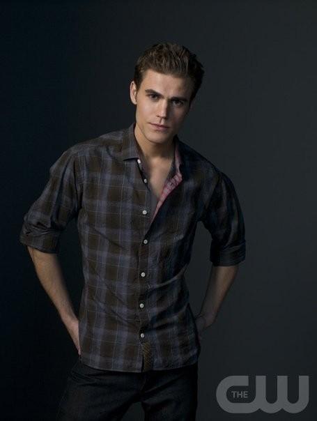 Paul Wesley è Stefan in una immagine promozionale di The Vampire Diaries
