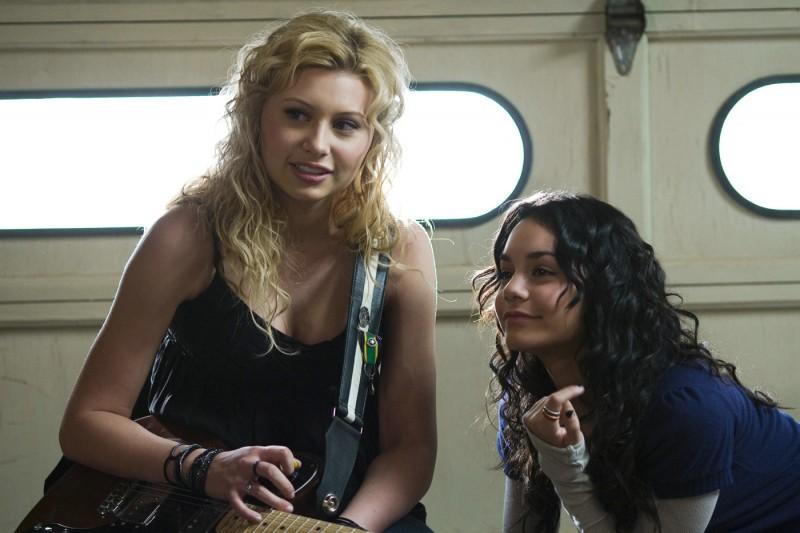 Alyson Michalka e Vanessa Hudgens in una scena del film High School Band
