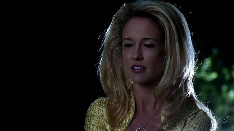 Anna Camp nei panni di una sconvolta Sarah Newlin in una scena dell'episodio 'Timebomb' della serie True Blood