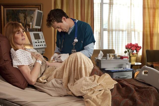 David Julian Hirsh e Joanna Cassidy in una scena dell'episodio The Sense of Belonging di Hawthorne