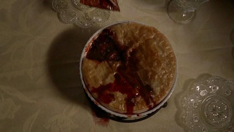 Il soufflé del cacciatore preparato da Maryann con il cuore di Daphne in un'immagine dell'episodio 'Timebomb' della serie True Blood