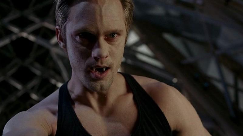 Il vampiro Eric (Alexander Skarsgård) pronto a sfogare tutta la sua rabbia sul reverendo Newlin in una scena dell'episodio 'Timebomb' della serie True Blood