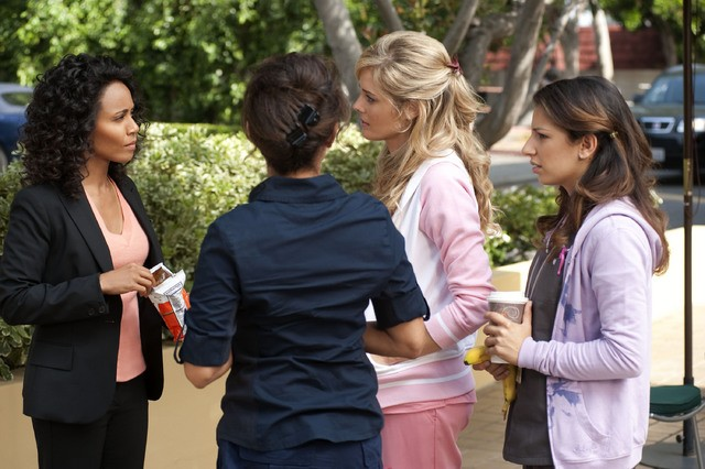 Jada Pinkett Smith, Christina Moore e Vanessa Lengies in una scena dell'episodio The Sense of Belonging di Hawthorne