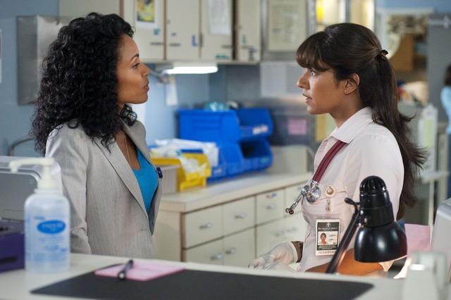 Jada Pinkett Smith e Suleka Mathew in una scena dell'episodio Trust Me di Hawthorne