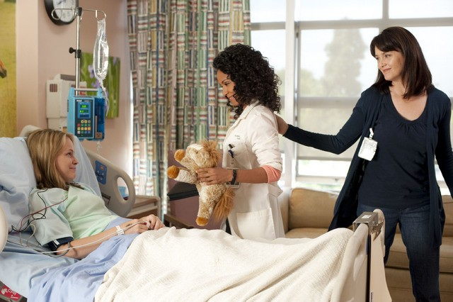 Jada Pinkett Smith, Julia Campbell e Cassi Thomsonin una scena dell'episodio The Sense of Belonging di Hawthorne