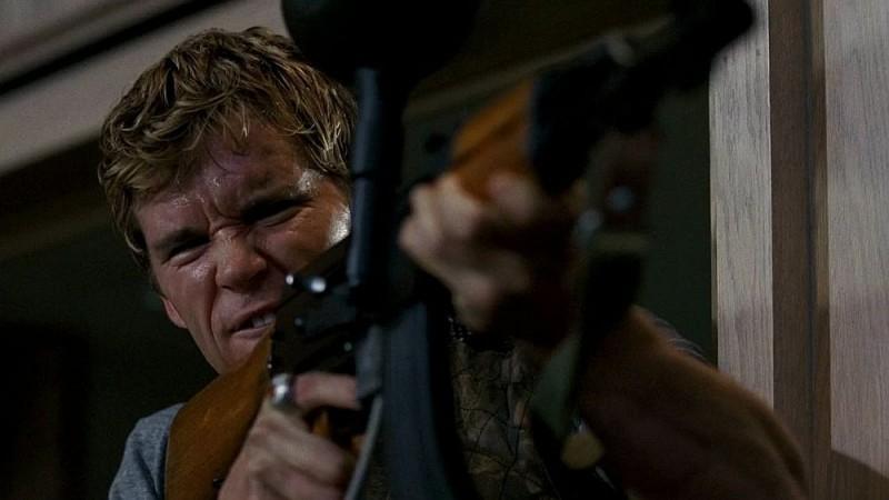 Jason Stackhouse (Ryan Kwanten) all'attacco dei membri della Compagnia del Sole per salvare sua sorella Sookie in una scena dell'episodio 'Timebomb' della serie True Blood
