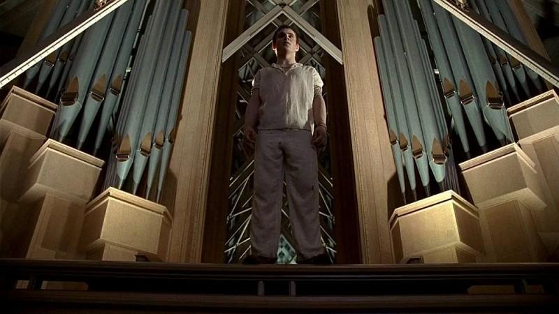L'intervento dello sceriffo Godric (Allan Hyde) sventa una mattanza di umani ad opera dei vampiri in una scena dell'episodio 'Timebomb' della serie True Blood