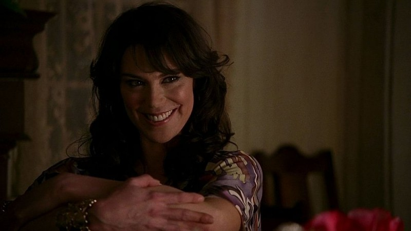 La diabolica Maryann (interpretata da Michelle Forbes) in un'immagine dell'episodio 'Timebomb' della serie True Blood