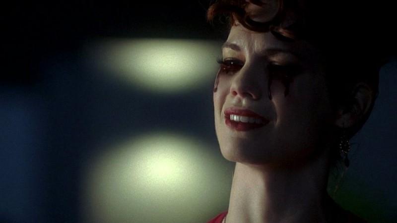 La vampira Lorena (Mariana Klaveno) piange lacrime di sangue perché costretta a dire addio al suo Bill in una scena dell'episodio 'Timebomb' della serie True Blood