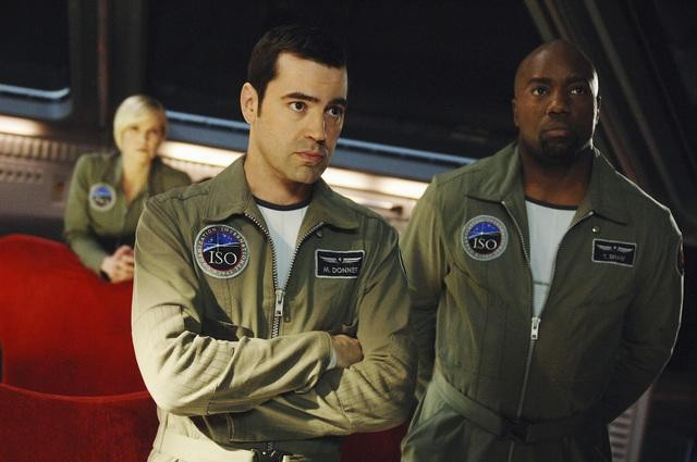 Malik Yoba e Ron Livingston in una scena dell'episodio H2IK di Defying Gravity