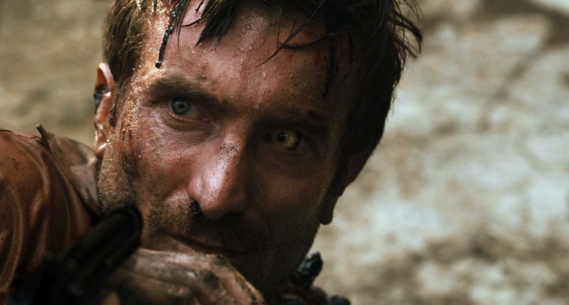 Sharlto Copley in una scena del film District 9