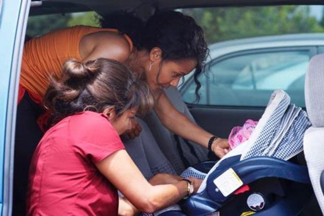 Suleka Mathew e Jada Pinkett Smith in una scena dell'episodio Mother's Day di Hawthorne
