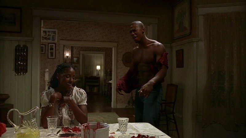 Tara (Rutina Wesley) ed Eggs (Mehcad Brooks) sazi e sovraeccitati dopo aver divorato il soufflé del cacciatore preparato da Maryann in una scena dell'episodio 'Timebomb' della serie True Blood