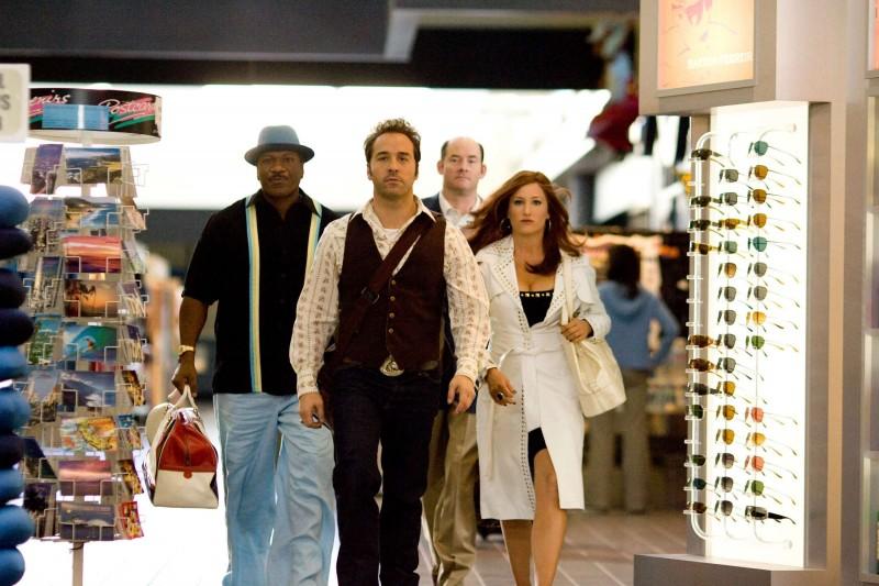 Ving Rhames, Jeremy Piven, David Koechner e Kathryn Hahn in una scena del film The Goods: Live Hard. Sell Hard