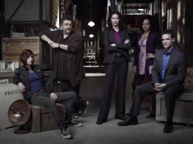 Allison Scagliotti, Saul Rubinek, Joanne Kelly, Genelle Williams ed Eddie McClintock in una foto promozionale di Warehouse 13