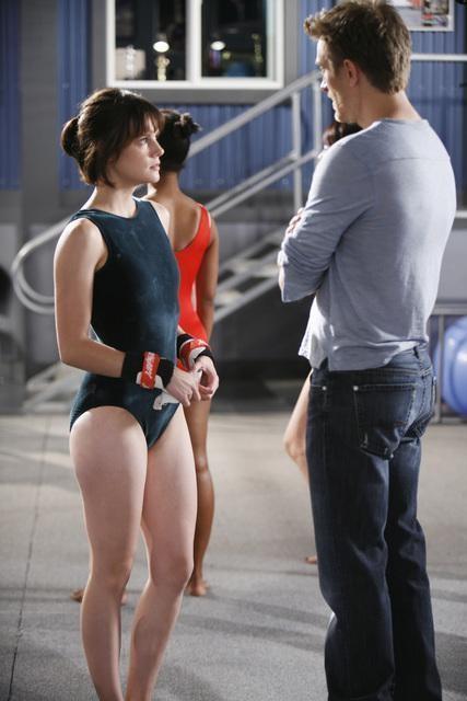 Chelsea Hobbs e Neil Jackson in una scena dell'episodio Run, Emily, Run di Make it or Break it