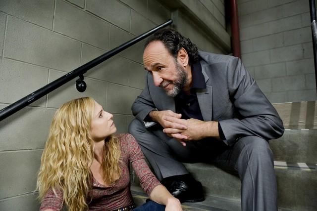 F. Murray Abraham ed Holly Hunter in una scena dell'episodio What Would You Do? di Saving Grace