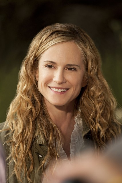 Holly Hunter in una scena dell'episodio Moooooooo di Saving Grace