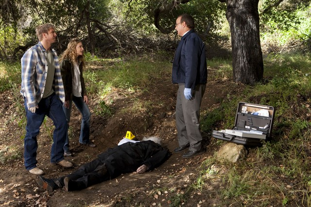 Holly Hunter, Mark L. Taylor e Kenny Johnson in una scena dell'episodio Moooooooo di Saving Grace