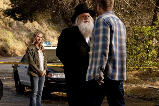 Holly Hunter, Michael Lerner e Kenny Johnson in una scena dell'episodio Moooooooo di Saving Grace