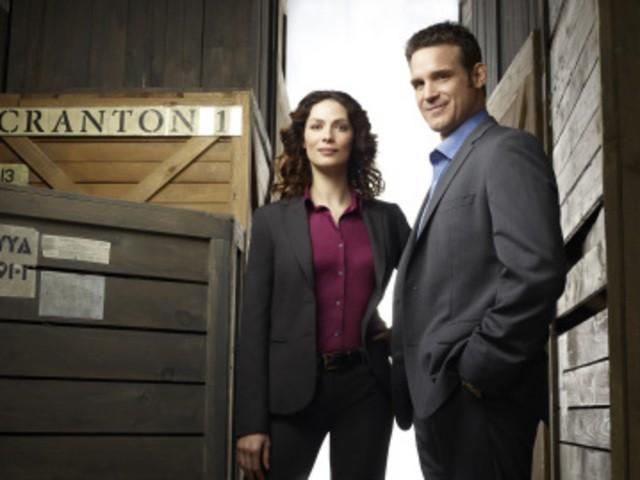 Joanne Kelly ed Eddie McClintock in una foto promozionale di Warehouse 13