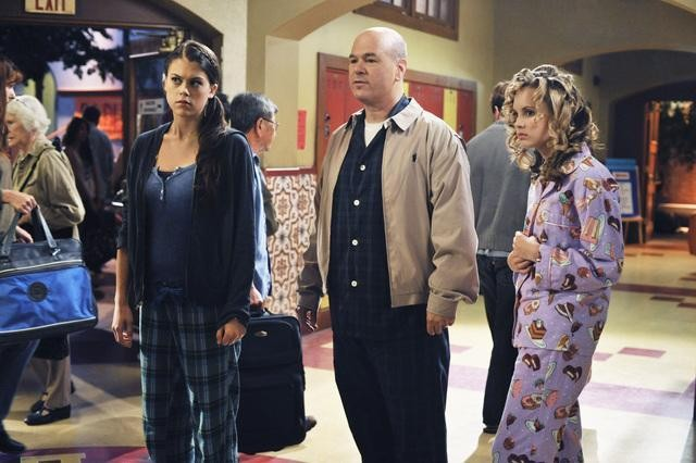 Lindsey Shaw, Larry Miller e Meaghan Jette Martin in una scena dell'episodio Light My Fire di  10 Things I Hate About You