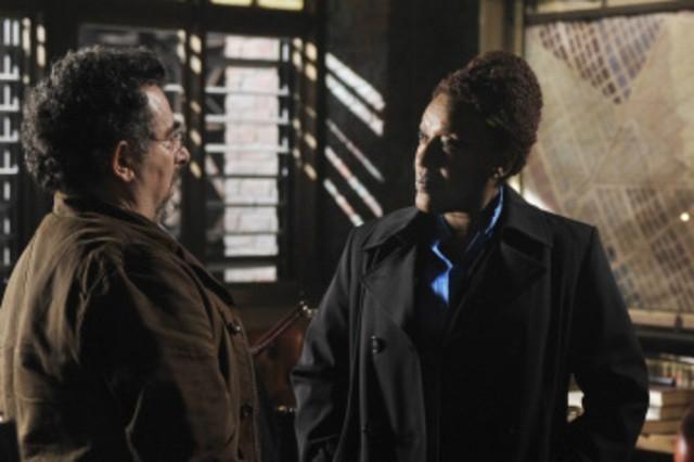 Saul Rubinek e CCH Pounder in una scena dell'episodio Claudia di Warehouse 13
