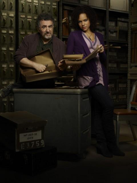 Saul Rubinek e Genelle Williams in una foto promozionale di Warehouse 13