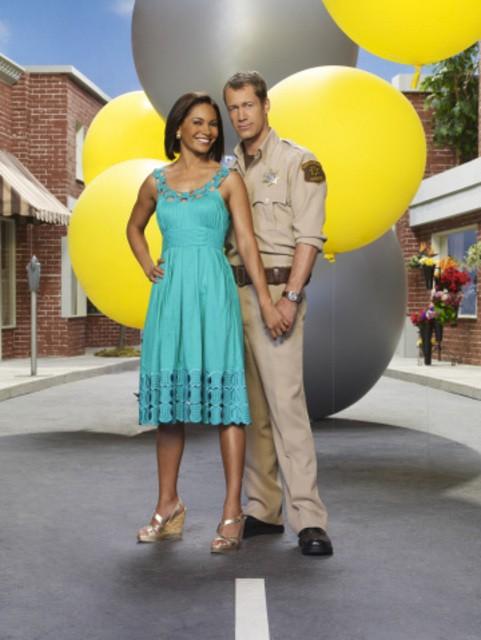 Colin Ferguson e Salli Richardson in una immagine promozionale della stagione 3 della serie televisiva Eureka
