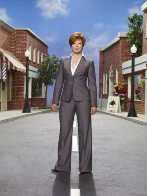 Frances Fisher in una foto promozionale della stagione 3 della serie televisiva Eureka
