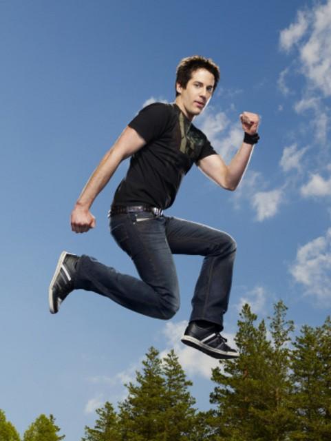 Niall Matter in una foto promozionale della stagione 3 di Eureka