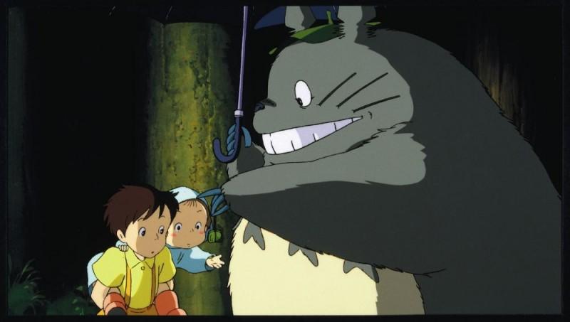 Una tenera immagine del film Il mio vicino Totoro diretto da Hayao Miyazaki