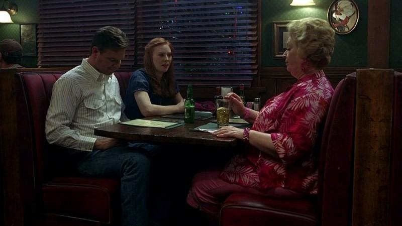 Hoyt (Jim Parrack) e Jessica (Deborah Ann Woll) incontrano la signora Fortenberry (Dale Raoul) al Merlotte in una scena dell'episodio 'I Will Rise Up' della serie tv True Blood