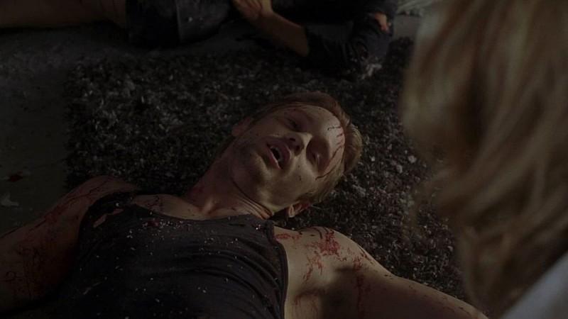 Il vampiro Eric (Alexander Skarsgård) dopo l'esplosione nel Nido in una scena dell'episodio 'I Will Rise Up' della serie True Blood