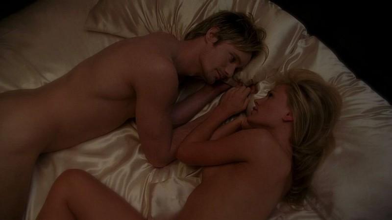 Il vampiro Eric (Alexander Skarsgård) e Sookie (Anna Paquin) a letto nudi in una scena da sogno dell'episodio 'I Will Rise Up' della serie True Blood