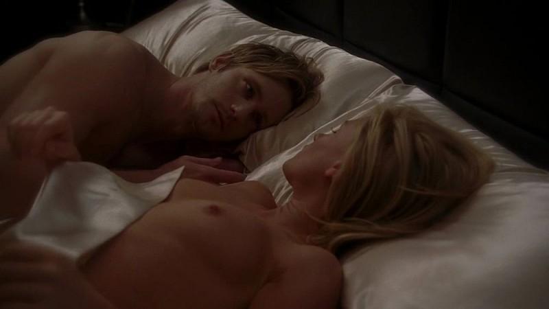 Il vampiro Eric (Alexander Skarsgård) e Sookie (Anna Paquin) a letto nudi in una scena dell'episodio 'I Will Rise Up' della serie True Blood